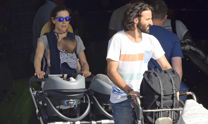 ¡Su primer verano en familia! Raquel Sánchez Silva y Matías Dumont aterrizan en Ibiza con sus hijos