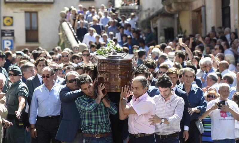 Enrique Ponce, El Juli, Cayetano Rivera y Espartaco arropan a la viuda del torero Víctor Barrio en su desconsolado último adiós