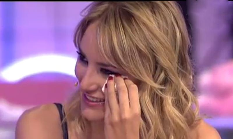 Alba Carrillo, sin poder contener las lágrimas en su estreno en televisión
