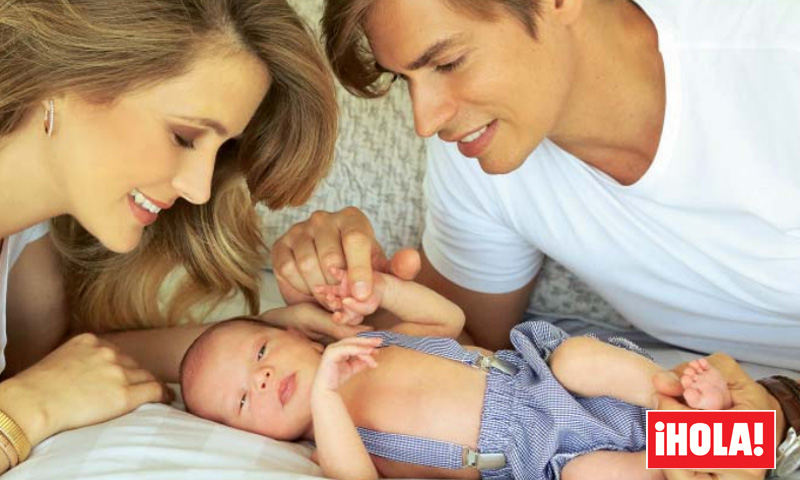 Las primeras fotografías de Carlos Baute y Astrid con su hijo Markuss solo se pueden ver en ¡HOLA!