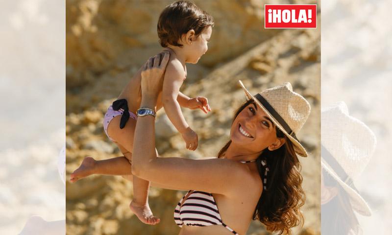 Lourdes Montes, estupenda en bikini, mientras Carmen da sus primeros pasos