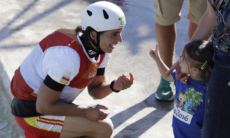 Maialen Chourraut celebra su oro en Río con el beso de su marido y su hija de 3 años