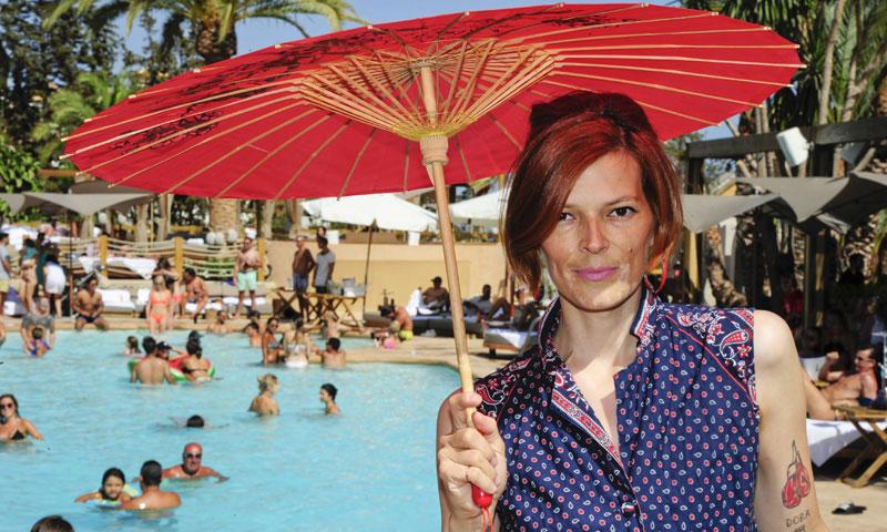 Bajo el sol de Marbella y con su novio, Bimba Bosé vuelve a pinchar tras someterse a un nuevo tratamiento
