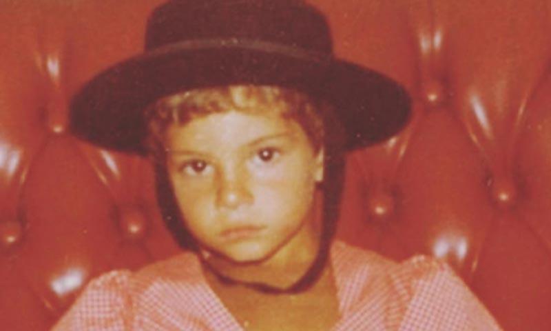 ¿Qué popular cantante se esconde tras esta foto de su infancia?