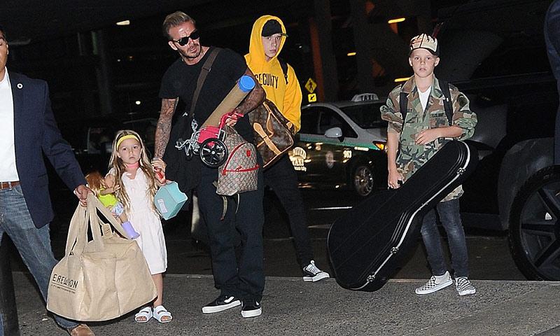 David Beckham, un papá todoterreno al que nada le impide viajar con sus hijos, las maletas y los juguetes de Harper