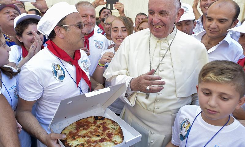 ¡Pizza napolitana para todos! El Papa Francisco invita a comer a 1.500 sintecho