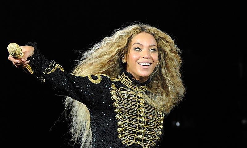 Dos bailarines de Beyoncé se comprometen en pleno concierto y ¡ella estaba así de contenta!