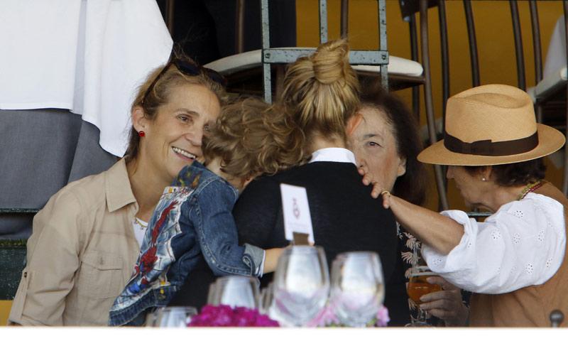La infanta Elena, mimos y atenciones hacia el hijo de Marta Ortega