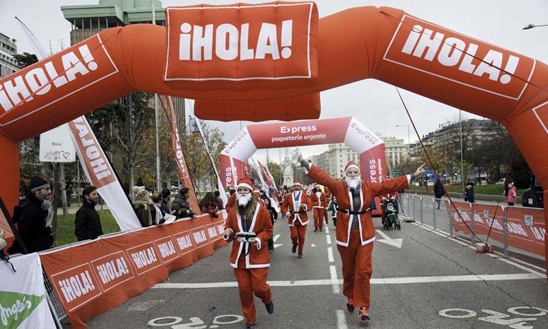 10.000 'Papás Noel' han conquistado Madrid en su carrera más navideña