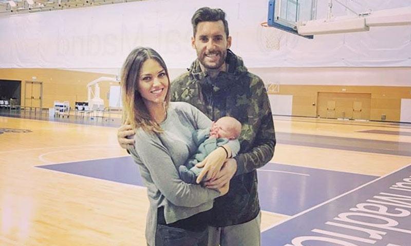 Helen Lindes lleva a su hijo Alan a animar a su padre en la pista de baloncesto por primera vez