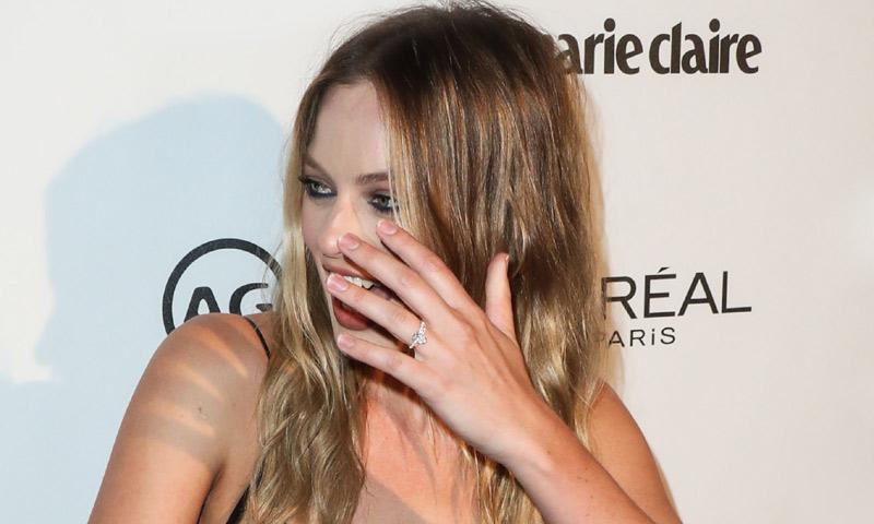 Margot Robbie muestra orgullosa su anillo de casada en su primera aparición pública tras su boda