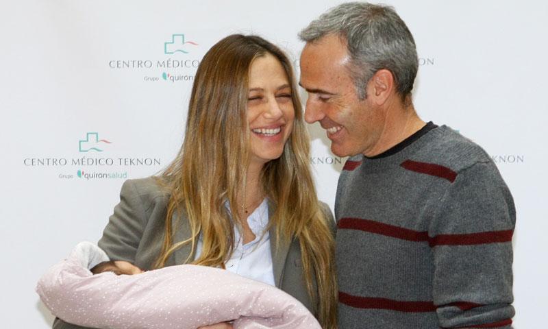 Martina Klein y Alex Corretja presentan a su pequeña Érika
