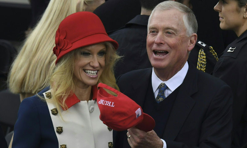 Kellyanne Conway, asesora de Trump, y su look con los colores de la bandera americana
