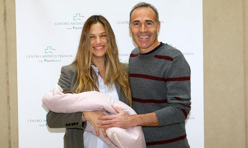 El primer paseo de Martina Klein y Álex Corretja con su hija Érika