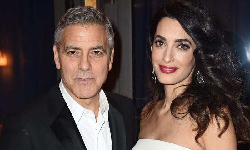 Amal Clooney presume por primera vez de su tripita de embarazada