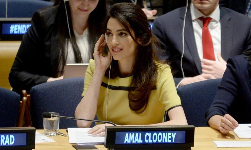 Amal Clooney, una premamá comprometida y con estilo
