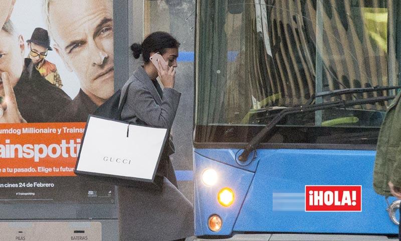 En ¡HOLA!, Georgina Rodríguez, del 'bugatti' de Ronaldo al autobús urbano