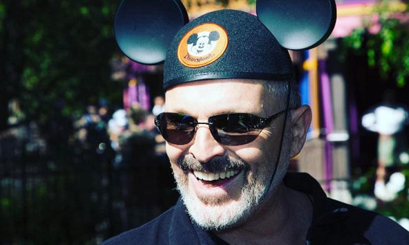 Miguel Bosé, como nunca le habíamos visto: naturalidad y diversión junto a sus hijos en Disneyland