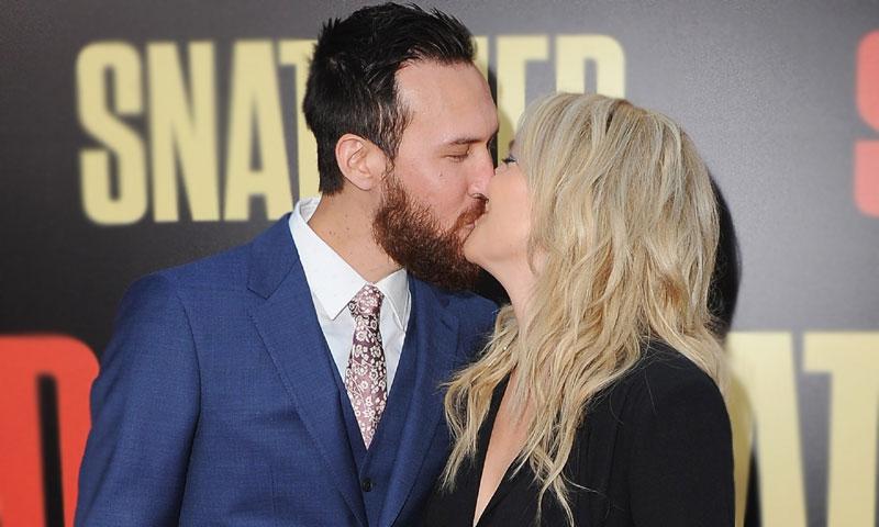 ¡Así se hace oficial un romance! Kate Hudson se come a besos a su novio en la alfombra roja
