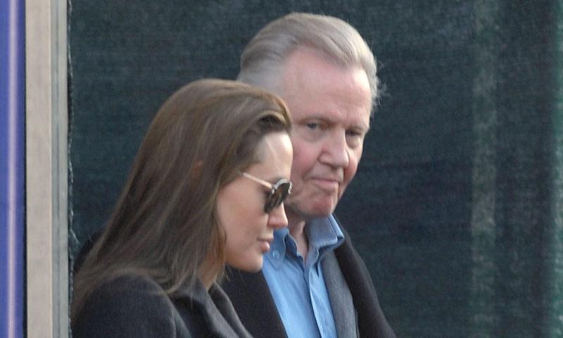 Jon Voight, en paz con su hija, Angelina Jolie, se va de cena con ella y sus nietos