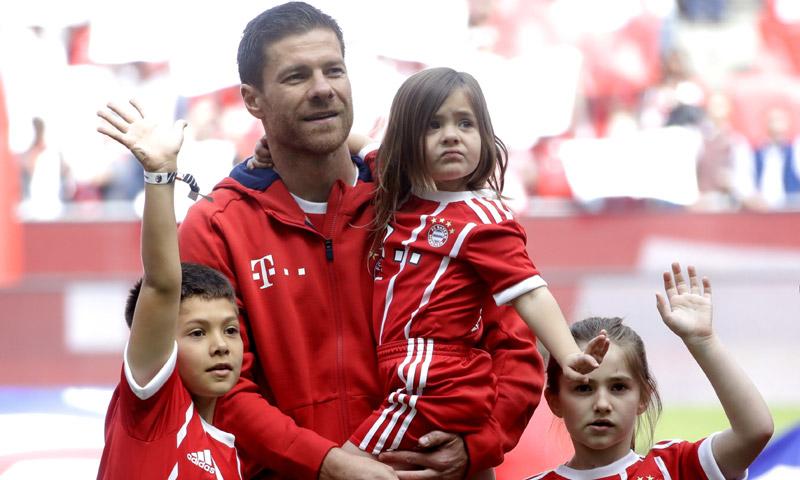 Xabi Alonso se despide del fútbol junto a sus tres hijos