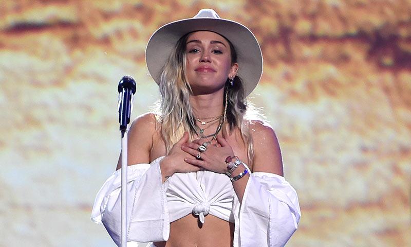 Miley Cyrus se emociona cantando 'Malibu' en los premios Billboard