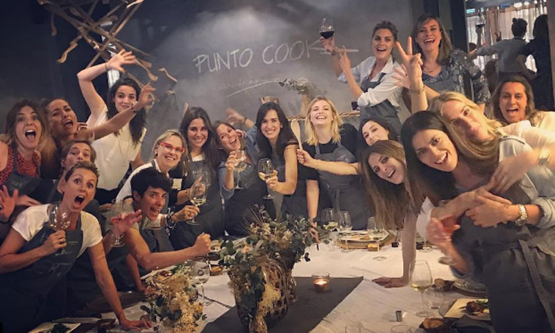 Amaia Salamanca celebra su cumpleaños (un mes más tarde) con una 'cooking party' junto a todas sus amigas