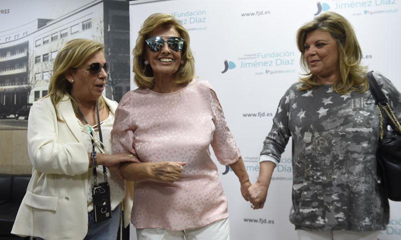 María Teresa Campos abandona sonriente y muy agradecida el hospital