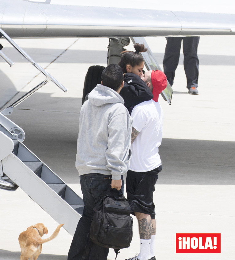 Cuando Ariana bajó del avión, Mac se fundió en un emotivo y largo abrazo seguido de un beso