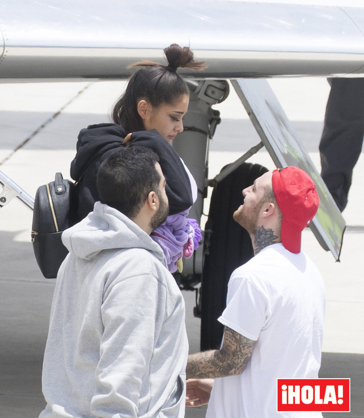 La cantante, de 23 años, fue recibida en el aeropuerto por su novio, el rapero estadounidense Mac Miller