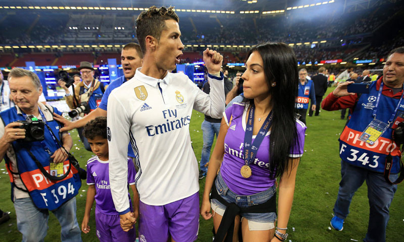 Georgina Rodríguez salta al terreno de juego en un día histórico para Cristiano Ronaldo