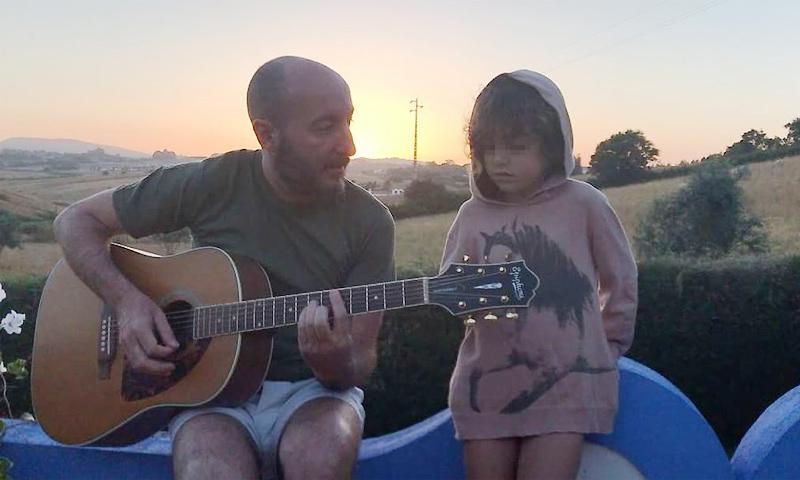 Ya habíamos oído cantar a Dora, la hija mayor de Bimba Bosé, y ahora su padre nos muestra cómo canta la pequeña June