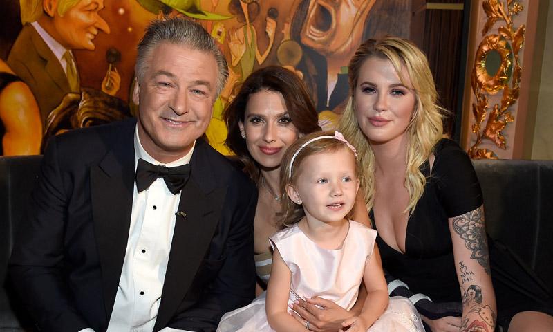 La gran noche de Alec Baldwin en la que fue sorprendido por sus chicas y por... Bill Clinton