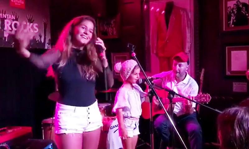 Primer concierto de Dora y June, las hijas de Bimba Bosé, ¡mira cómo cantan!