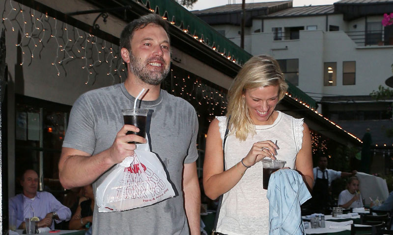 Ben Affleck y Lindsay Hookus: juego de miradas y sonrisas la noche que hicieron público su romance