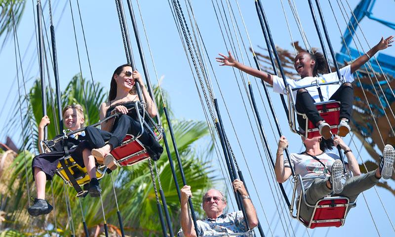 Angelina Jolie, como una niña en Disneyland celebrando el cumpleaños de sus mellizos