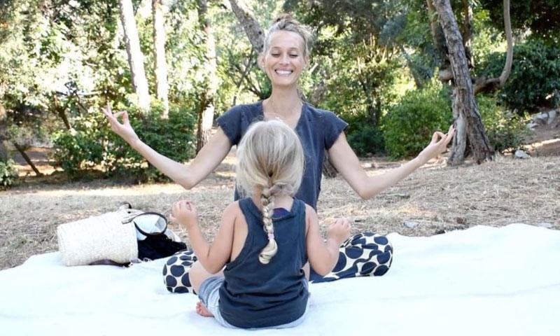 ¡Tal para cual! Vanesa Lorenzo enseña a su hija Manuela la práctica del yoga