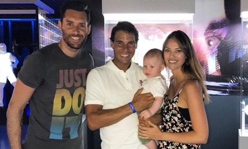 La tierna imagen para el recuerdo del hijo de Helen Lindes y Rudy Fernández en brazos de Rafa Nadal