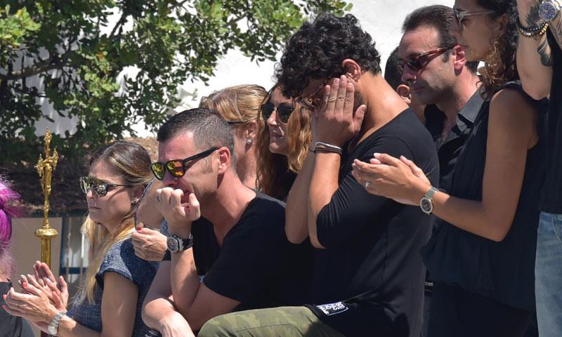 Familiares y amigos dan el último adiós a Ángel Nieto entre lágrimas y aplausos