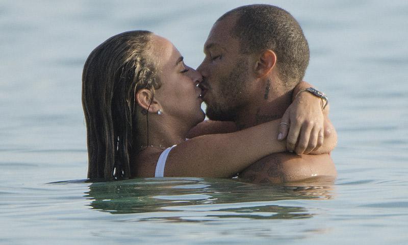 Besos, chapuzones, piruetas... Chloe Green y Jeremy Meeks suben la temperatura en el Caribe