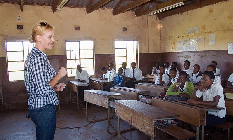 Charlize Theron muestra su imagen más solidaria en Sudáfrica