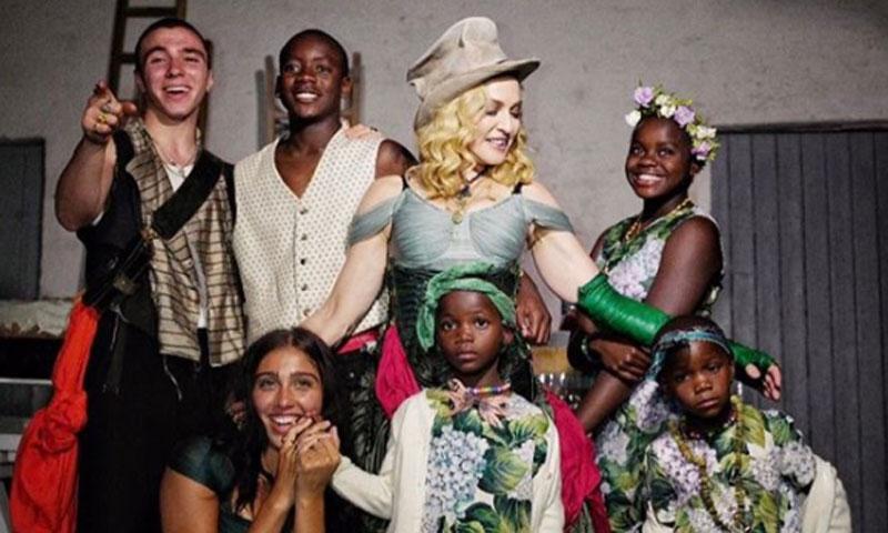 La imagen más familiar de Madonna rodeada de sus seis hijos