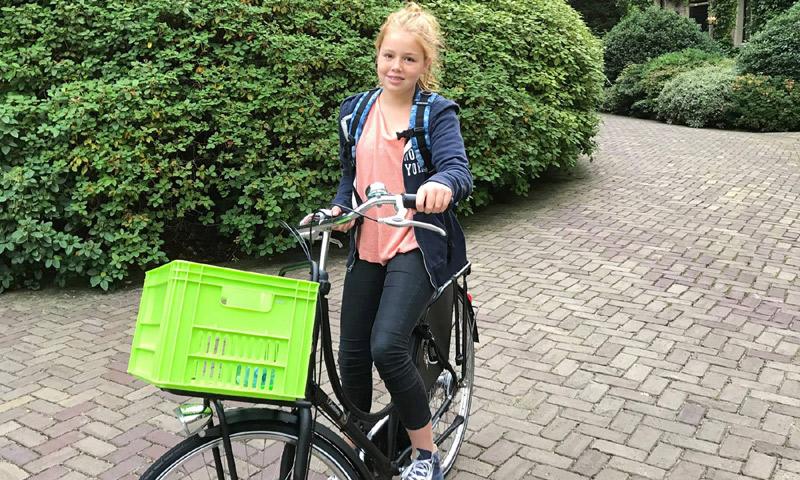¡Princesa sobre ruedas! Alexia de Holanda comienza el 'insti'