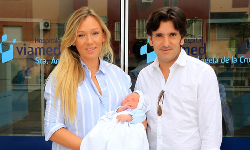 El rejoneador Diego Ventura y Rocío Pérez presentan a su hijo Jaime