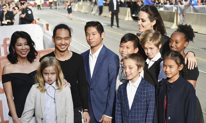 Un año después de su separación, Angelina Jolie, 'más tímida' pero feliz con sus hijos