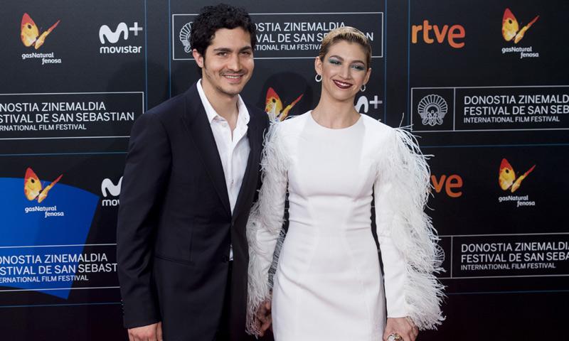 Un vestido blanco, un beso y un premio histórico: Así ha sido el primer posado en la alfombra roja de Úrsula Corberó y Chino Darín