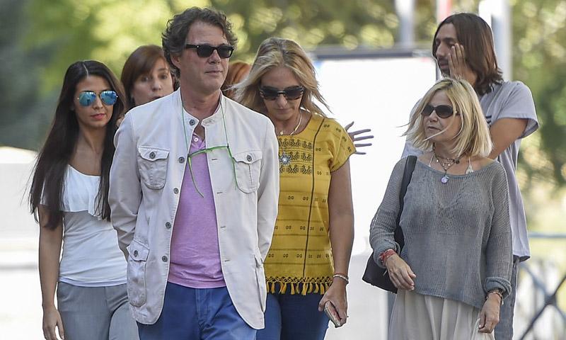 Eugenia Martínez de Irujo acompaña a la familia de Antonio Carmona en el hospital