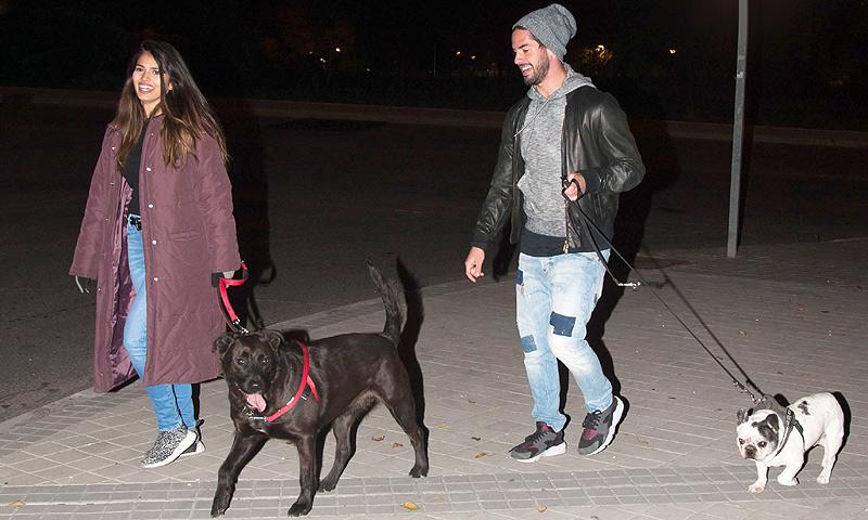 Isco Alarcón y Sara Sálamo, inseparables... ¡hasta para pasear a sus mascotas!