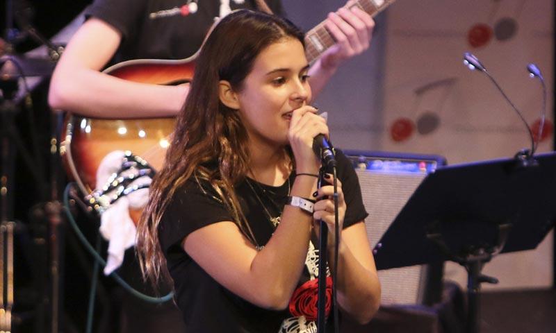 Dora Postigo sigue las huellas musicales de su madre, Bimba Bosé