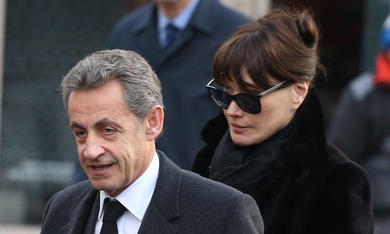 Nicolás Sarkozy, arropado por Carla Bruni y su hija en el entierro de su madre